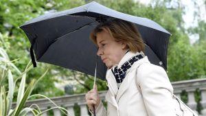 Anna-Maja Henriksson under ett paraply.