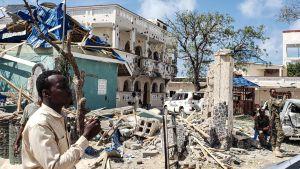 Attacken mot hotellet Medina i Kismayo pågick i över tio timmar och byggnaden och muren som omger den var helt sönderskjutna och -sprängda då attacken var över. Bilden tagen lördagen den 13.7.
