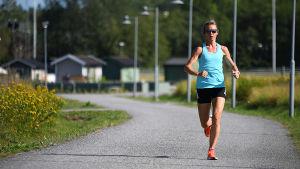 Johanna Bäcklund löper.
