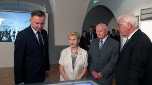 Polens president Andrzej Duda (till vänster) och Tysklands president Frank-Walter Steinmeier (längst till höger) besökte museet i Wielun i samband med minneshögtidligheterna i staden den 1 september 2019.