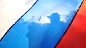 Pro-ryska aktivister bakom en rysk flagg på Krimhalvön i mars 2014