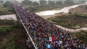 En av karavanerna som är på väg mot USA. Honduranska migranter i Arriaga på väg mot San Pedro Tapanatepec i södra Mexiko 27.10.2019.