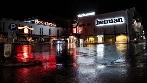 Köpcentret Herman i Kuopio. Bilden tagen efter mörkrets infall.