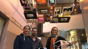 Kuvataiteen opettajat Pia-Leppänen-Keränen ja Sari Sälevä sekä mediataitelija Leevi Lehtinen esittelevät  yhteisötaideteosta kulttuuritalo Valveella.