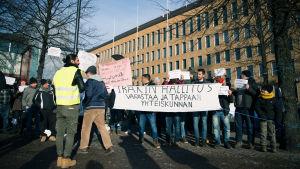 Irakiska flyktingar demonstrerar i Helsingfors i februari 2017.
