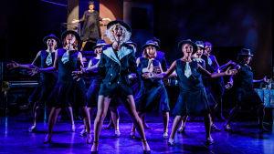 Naisia tanssii Vaasan kaupunginteatterin musikaalissa Sugar - Piukat paikat