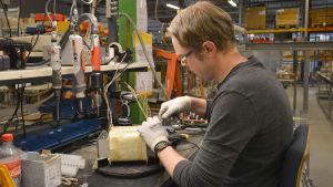 Handarbete genomförs på en verkstad i Reso.