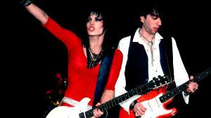 Joan Jett lavalla kitara kaulassa. Kuva dokumenttielokuvasta Bad Reputation.