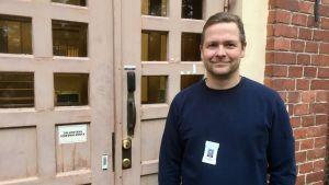 Kim Kronström brevid dörren till ungdomspsykiatriska avdelningen vid ÅUCS.