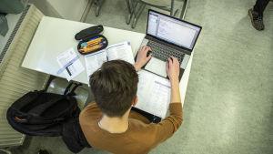 Opiskelija opiskelemassa matematiikkaa Kuopion Lyseon lukiossa