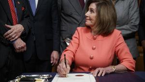 Nancy Pelosi undertecknar dokumentet om riksrätt 15.1.2020