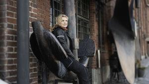 Laura Suomalainen istuu isolla ankkurilla