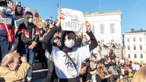 Helsingfors i solidaritet med demonstrationen av Black Lives Matter på Senatstorget. Bilden visar unga människor som visar sin motstånd mot rasism på trappan till katedralen. 3.6 2020.