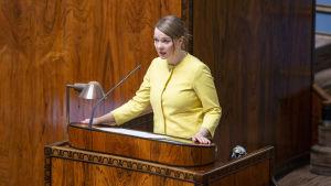 Katri Kulmuni i talarstolen i riksdagens plenisal