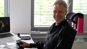 Martin Reimann som varit med om att sätt upp drive-in-bion sitter vid sitt arbetsbord