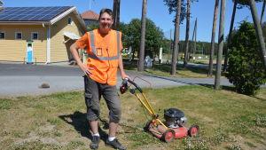 Axel Mattsson med en gräsklippare framför Pargas Golfbana.