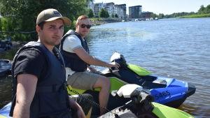 Vesijettiharrastajat Sami Ibrahim ja Jaakko Lehtonen Porin Karjarannassa.