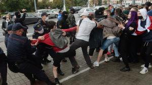 Polisen i Minsk försöker skingra demonstranter med våld 1.9.2020.