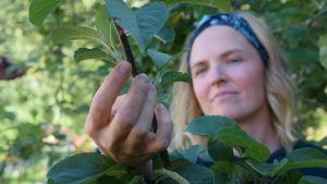 Lena Gillberg visar ett skott som växer utåt