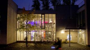 En byggnad med belysning inne.