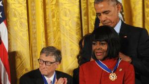 Cicely Tyson får en presidentmedalj av Barack Obama.