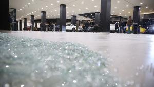 Raketattacken mot USA-basen i Erbil resulterade också i en hel del glassplitter på den civila flygplatsen.