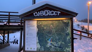 Skylt som visar karta över Öjberget, backarna och skidspåren i området.