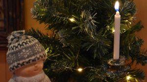 kynttilä joulukuusessa