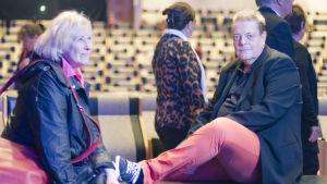 Tarleena Sammalkorpi ja Harri Nordell istuvat lattialla