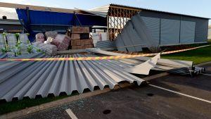 Ett tak slets delvis av av stormen Valio den 2 oktober 2015.