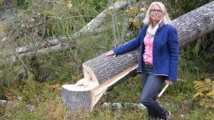Nan Kranck vid ett av träden som fälldes för några veckor sedan.