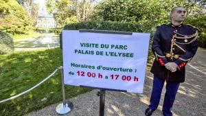 Vid entrén till Élyséepalatsets park.