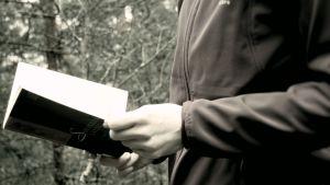 Kannesta kanteen -bloggaaja lukee Lassi Sinkkosen Solveigin laulua metsässä