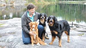 Carola Furu-tillsammans med sina tre hundar