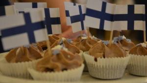 Små chokladbaklelser med Finlands flagga.