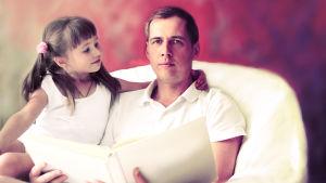 Pappa läser högt till dotter.
