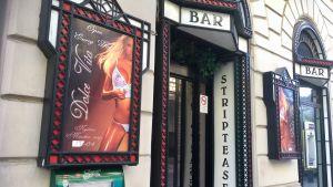 Dörren till en strippbar i Budapest