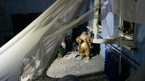 En julprydnad i en lägenhet som skadades i granatbeskjutning i byn Jasinovataja den 21 december. Två personer dödades i beskjutningen.
