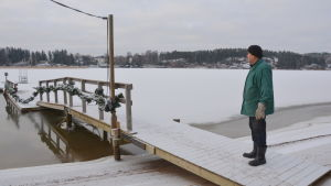 vinterbadaren per-erik holmqvist står vid sollidens allmänna simstrand