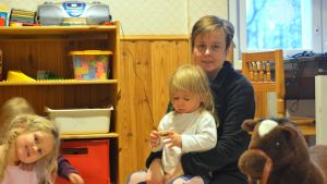 Annette Ström med dotter Michelle i famnen på daghemmet Prästkragen i Präskulla.