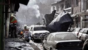 Rök stiger från en basar som angreps av självmordsbombare i Kabul.