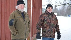 Jägarna Ola Knös och Sven Eklund står vid Övermark församlings barnklubb, där man sett spår av varg