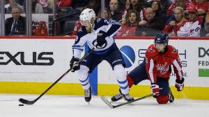 Patrik Laine i kamp om pucken i en NHL-match mellan Winnipeg och Washington.