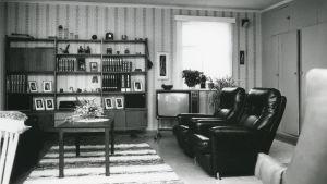 Bild från vardagsrum i Sunila på 1950-talet.