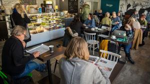 Ihmisiä istumassa kahvila Bergga:ssa.