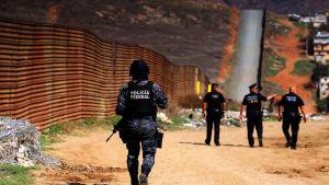 Mexikansk gränspatrull vaktar gränsen till USA.