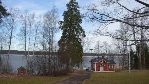 Vy från Villa Grantorp över bastun och Pojoviken.