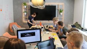 Nuoret ideoivat lukion matematiikan oppimiseen sähköisiä oppimisympäristöjä Hackabi-kilpailussa
