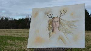 En tavla av en kvinna med hjort horn. Tavlan befinner sig på en äng.