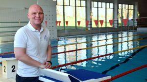 Ordförande för Ekenäs simsällskap Mikael Bäckman vid bassänkanten till motionsbassängen i Ekenäs simhall.